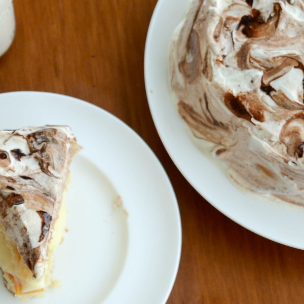 Receita de torta mesclada com cobertura de marshmellow e chocolate