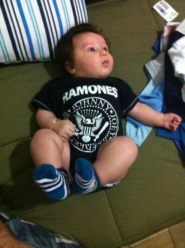 Joaquim com a camiseta do Ramones