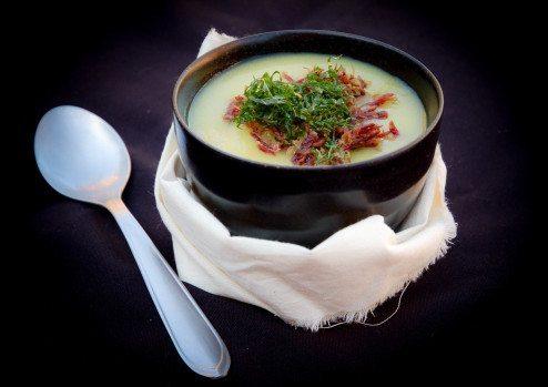 Sopa de Mandioca com Carne Seca e Crisp de Couve