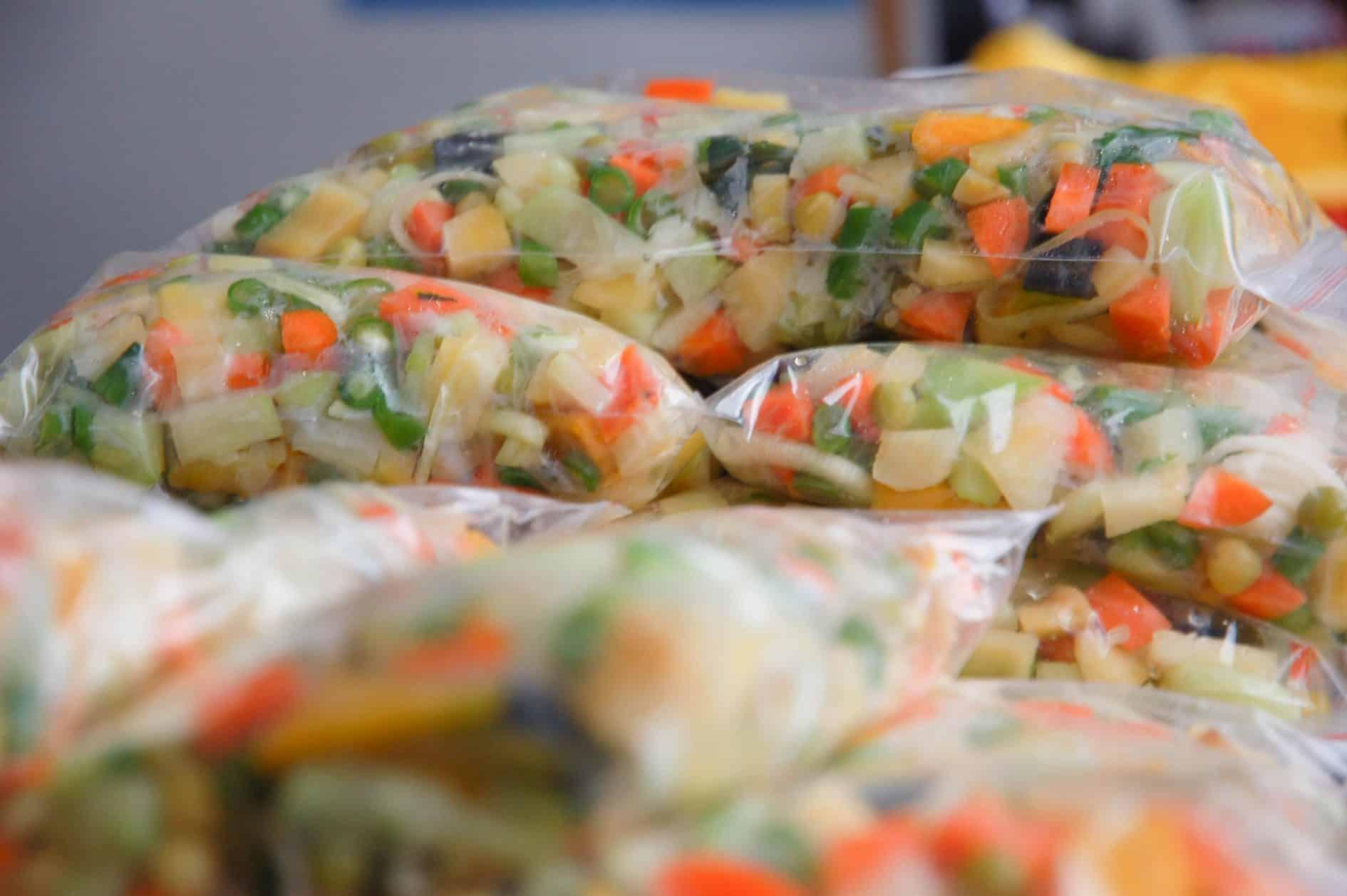 Seleta de legumes congelados no freezer