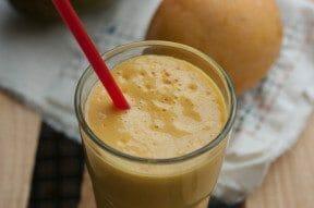 Vitamina de frutas no copo