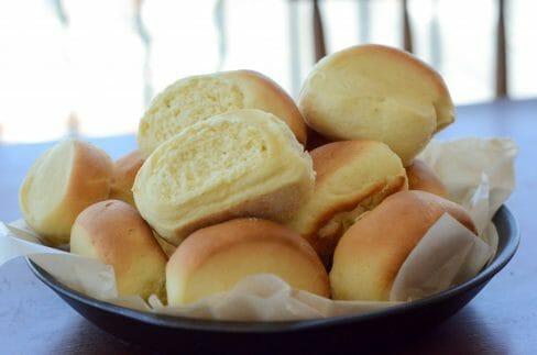 Receita de bisnaguinha caseira. Pão fofinho feito com leite em pó (Congela!) Veja mais em: www.acasaencantada.com.br