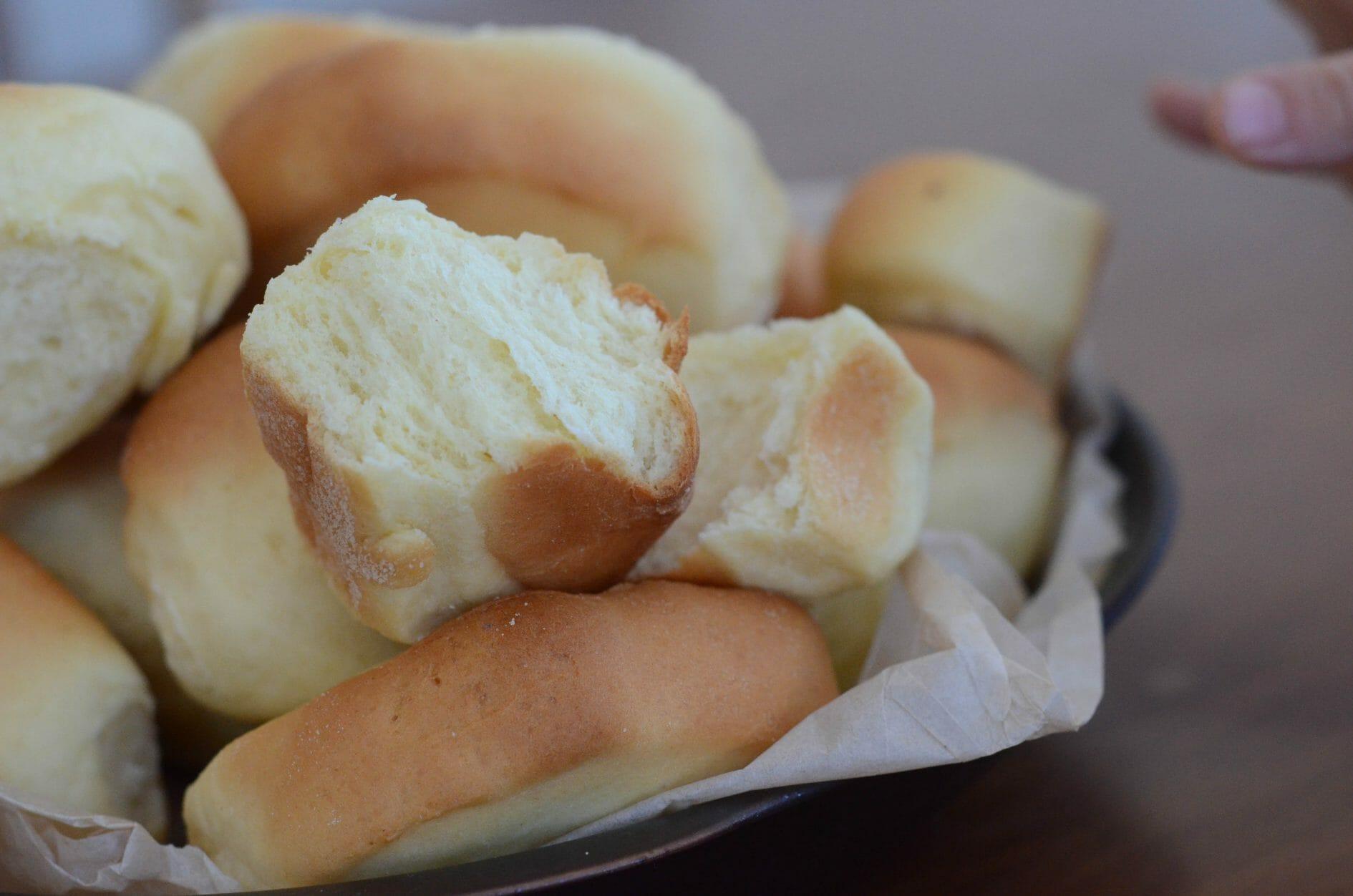 Pão tipo bisnaguinha caseiro feito com leite em pó