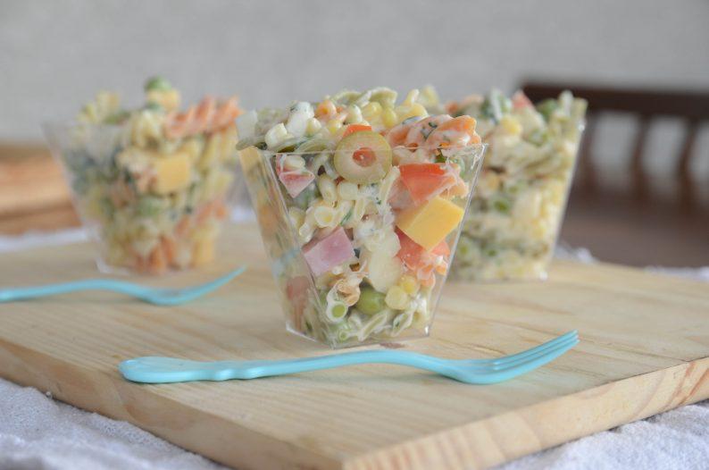 Salada de macarrão com vegetais coloridos e creme de leite - receitas de saladas