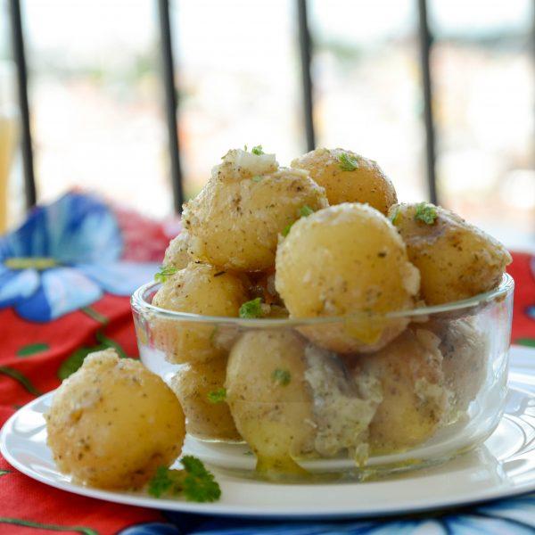 batata bolinha cozida e temperada com cebola, azeite e ervas