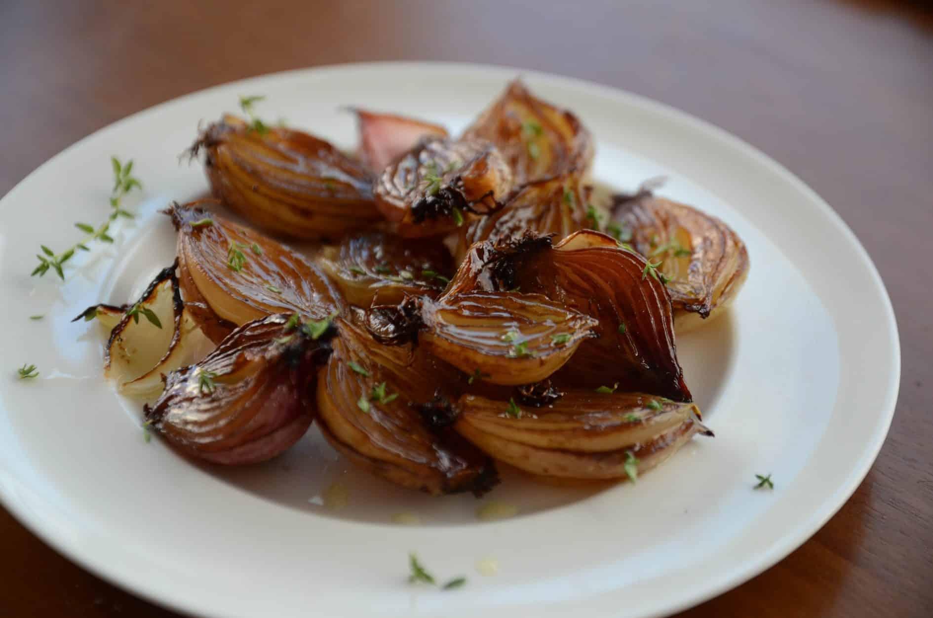 receita de cebolinha caramelizada no forno, temperada com mel, aceto balsâmico e tomilho
