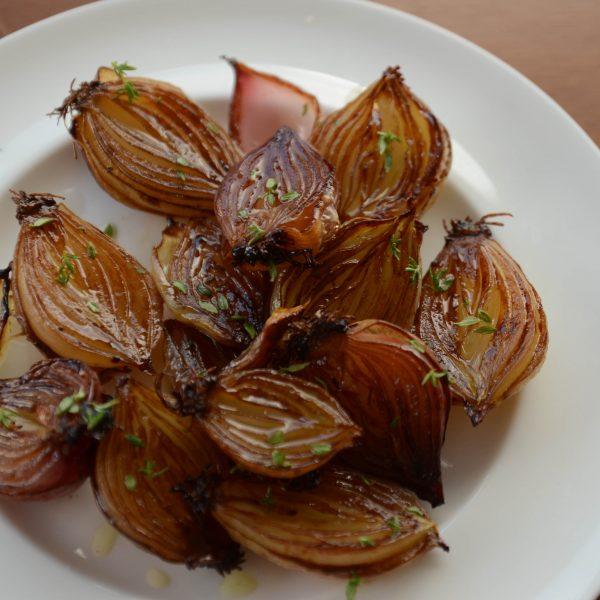 receita de cebola pérola caramelizada, agridoce com um toque de tomilho, sai do forno com uma cor de caramelo incrível
