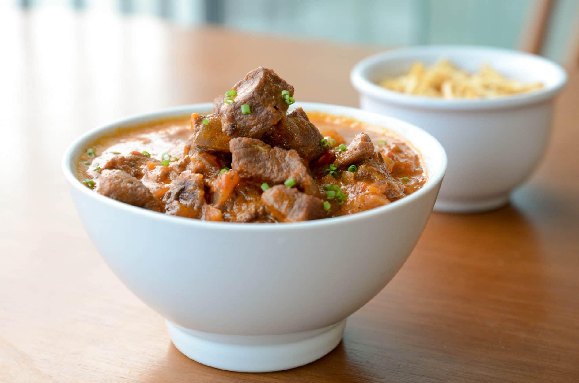 receita de strogonoff de carne feito com iscas de acém