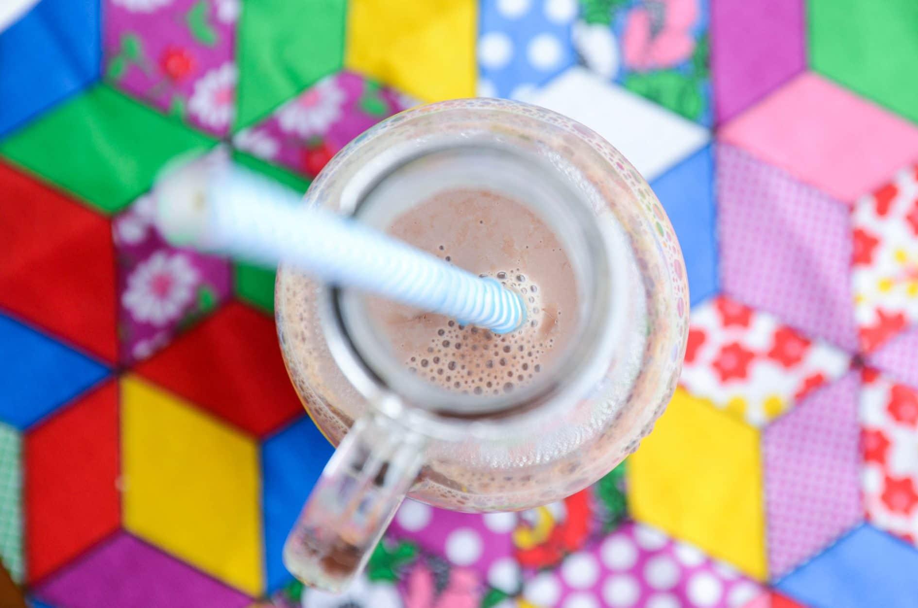 receita de chocolate quente cremoso bem brasileiro, feito com leite condensado, canela e chocolate em pó e engrossado com amido de milho