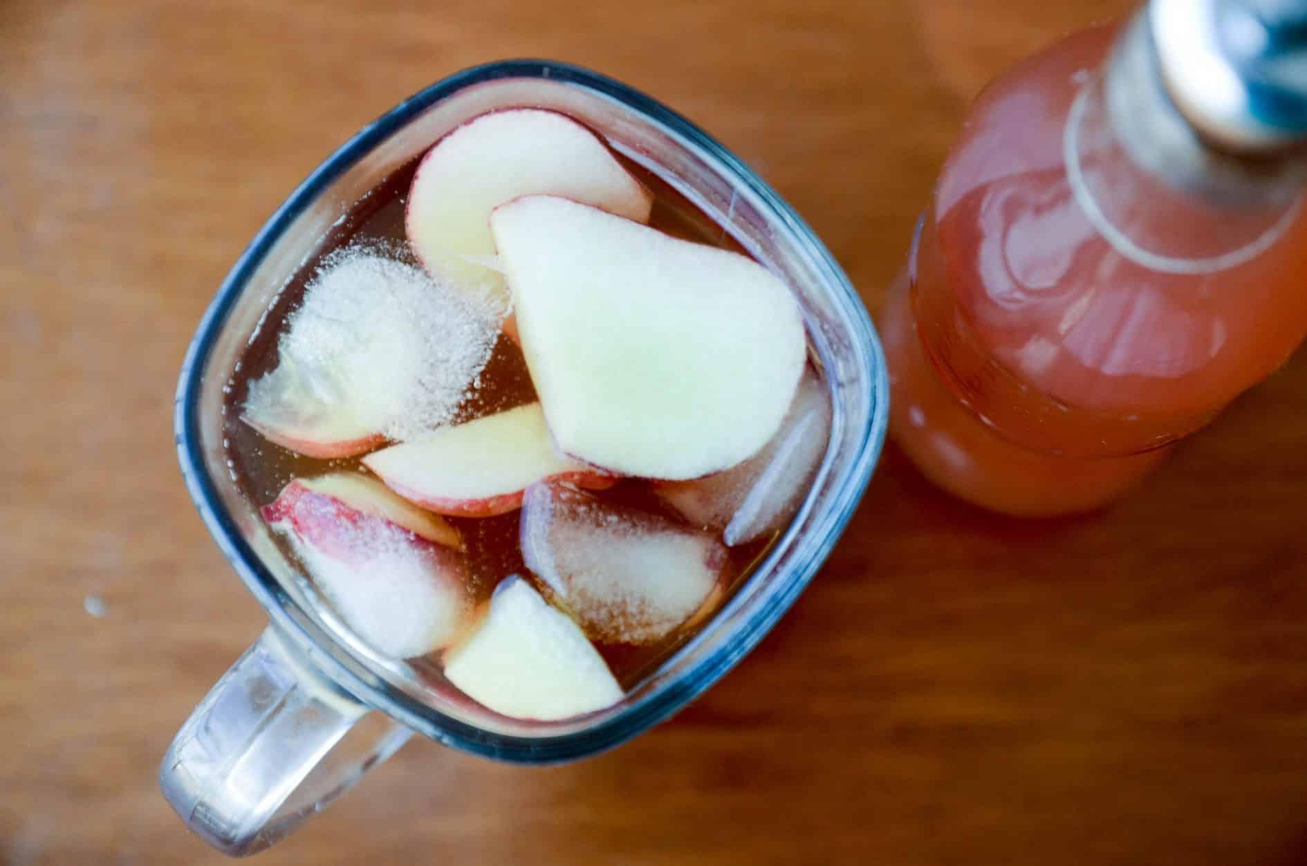Receita de chá de pessego gelado caseiro - faça em casa e adoce com este xarope seu chá preferido.