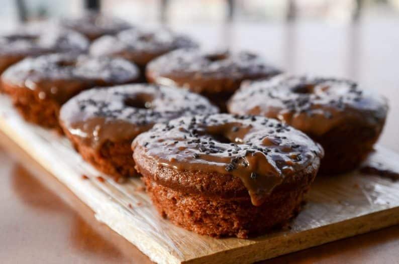 Receita de bolo de chocolate fofinho e fácil com cobertura de brigadeiro