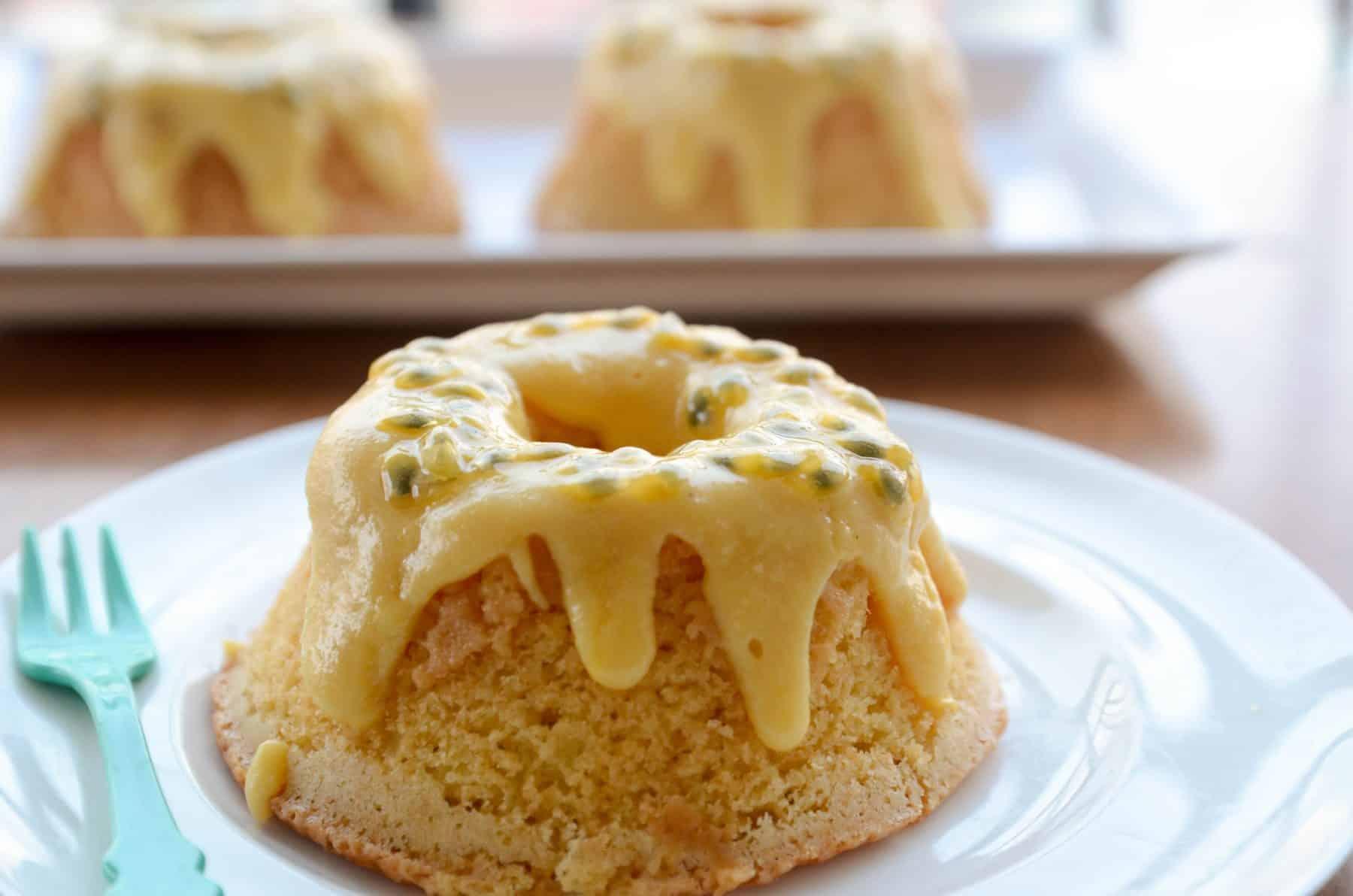 Receita de bolo fofinho e manteigado de maracujá com cobertura de leite condensado e maracujá