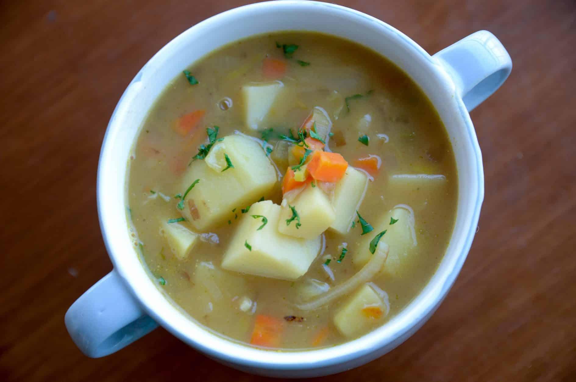 Esta sopa de batata é para aquecer neste inverno! Super rica em sabores, entre seus ingredientes estão a cenoura e o salsão que deixa tudo ainda mais saboroso! Receita fácil e confortante.