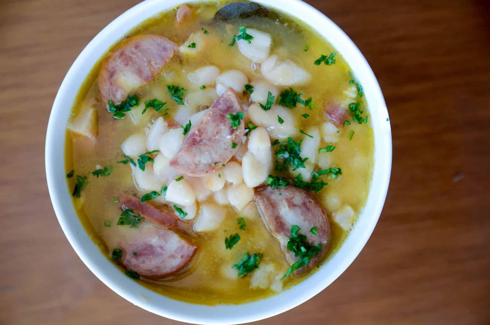 receita fácil de feijão brancom com bacon, linguiça paio e bacon