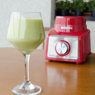 Receita de smoothie de abacaxi e avocado, suco cremoso e refrescante de frutas