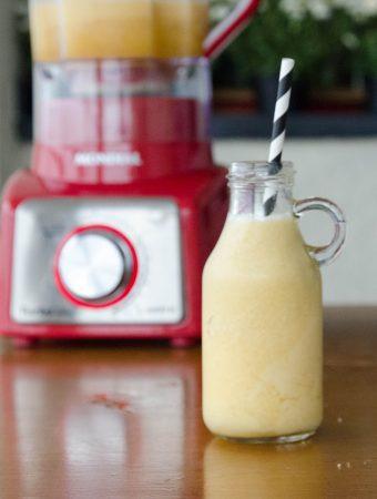 Receita de smoothie refrescante de maracujá banana e abacaxi! Uma bebida cremosa e super nutritiva!