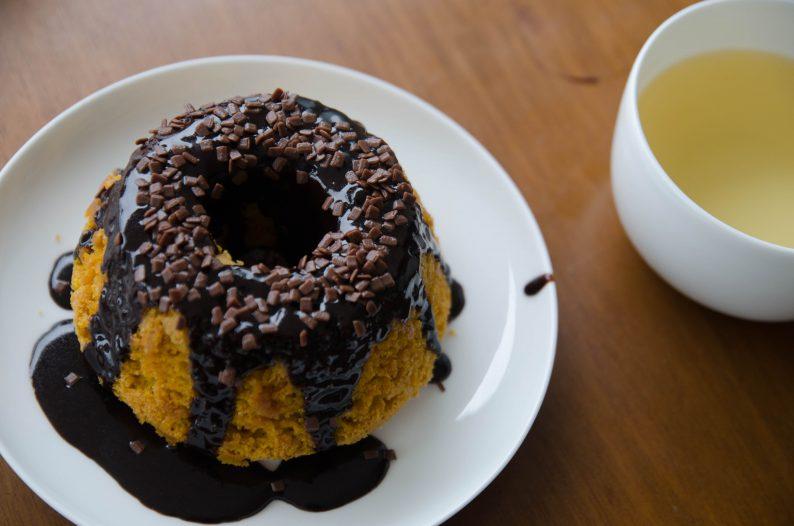 Receita de bolo de cenoura fofinho com cobertura de chocolate durinha