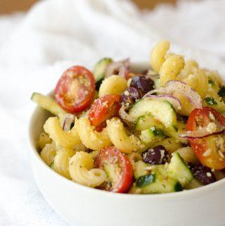 Receita de salada de macarrã refrescante mediterrânea