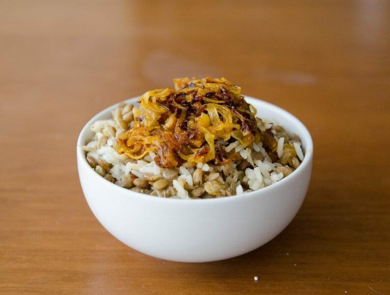 arroz com lentilhas e cebola caramelizada