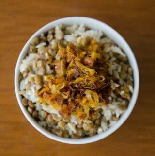 arroz com lentilha e cebola caramelizada