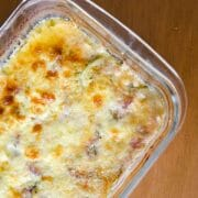 Receita de abobrinha gratinada com cebola roxa e queijo