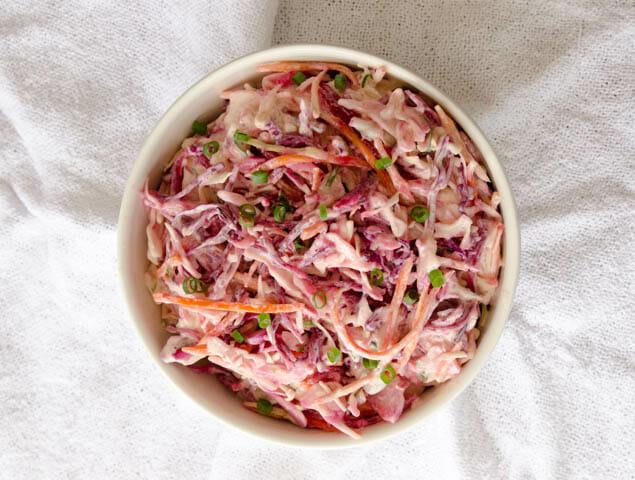 receita de salada de repolho com iogurte, super colorida, leva repolho roxo, repolho verde, cenouras e um molho incrível de iogurte, mel e mostarda!