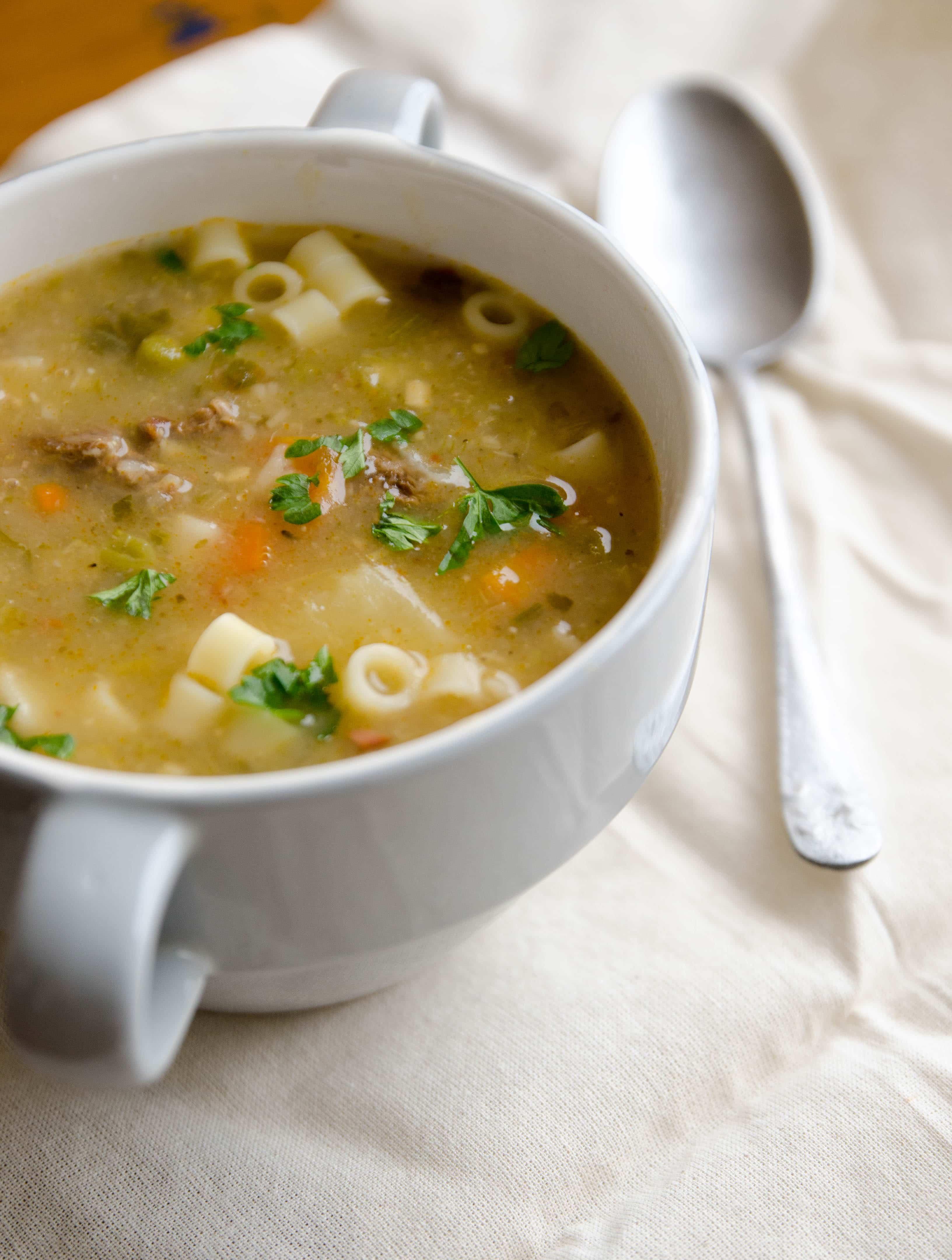 Receita simples de sopa de músculo, legumes e macarrão padre nosso