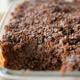 Bolo de Brigadeiro na Travessa (bolo de chocolate esfarelado e coberto por calda de brigadeiro)