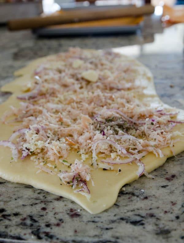Massa para caracóis de presunto e queijo aberta