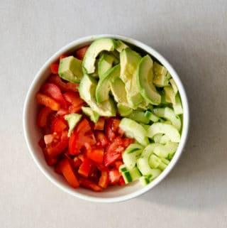 receita facil de salada de pepino, tomate e avocada, simples e fresca!