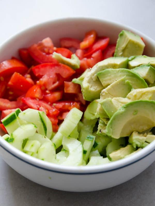 salada facil de pepino, tomate e avocado!