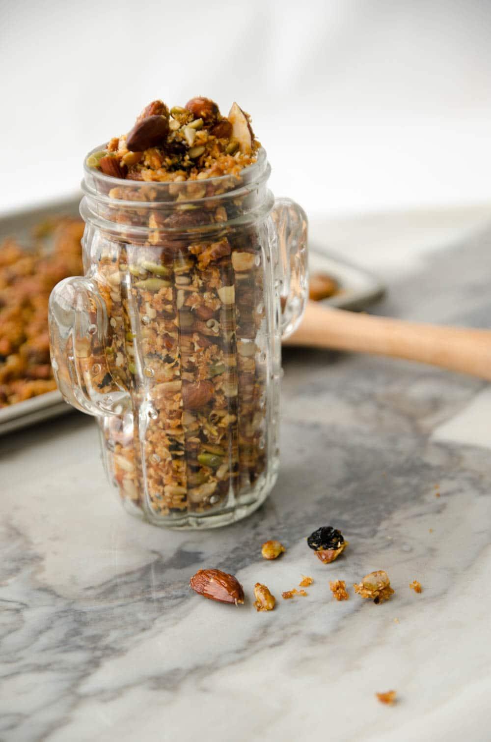 receita de granola com mel, castanhas e frutas caseira