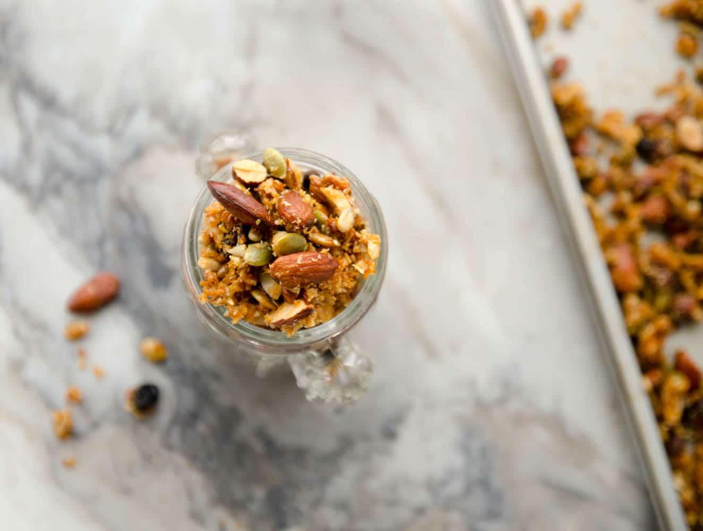 receita de granola de mel, castanhas, frutas e sementes
