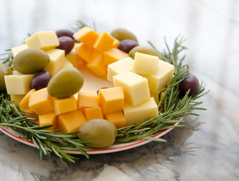 guirlanda de queijo, alecrim e azeitonas - petisco de natal