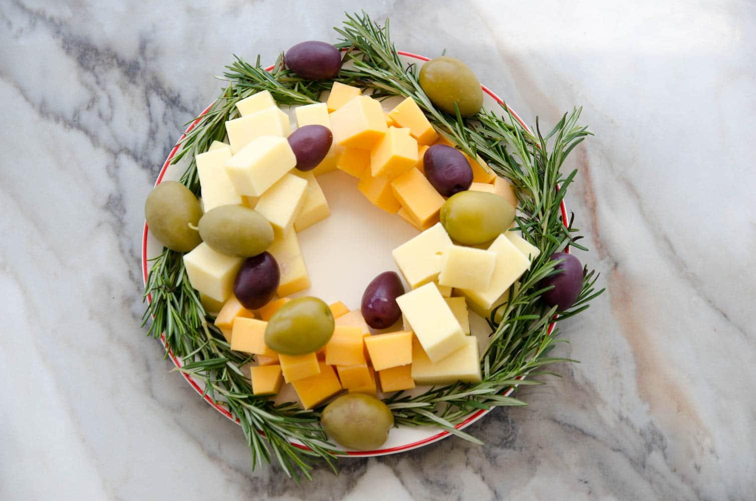 guirlanda de queijo, azeitonas e alecrim para o natal