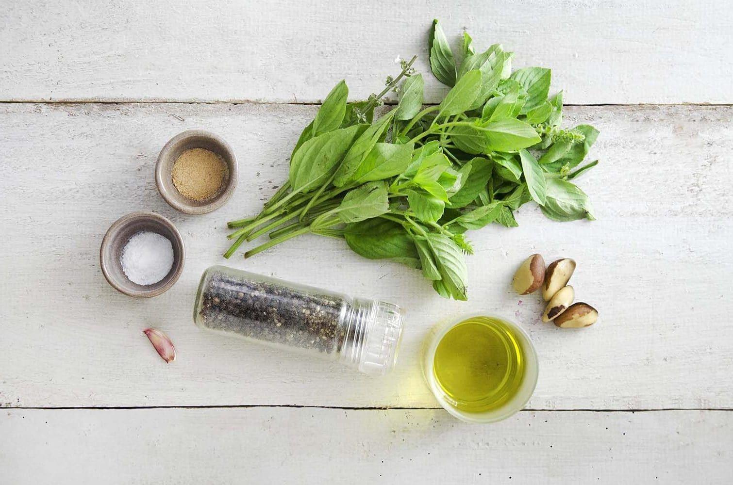 Ingredientes para fazer pesto de manjericão vegano