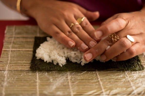 colocando arroz sobre a alga