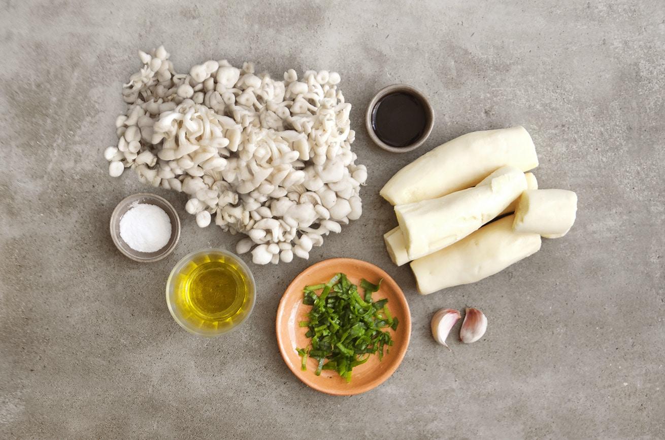 Ingredientes para fazer Escondidinho Vegano: Shimeji, Mandioca, Azeite de Oliva, Alho, Shoyu, Sal e Cebolinha