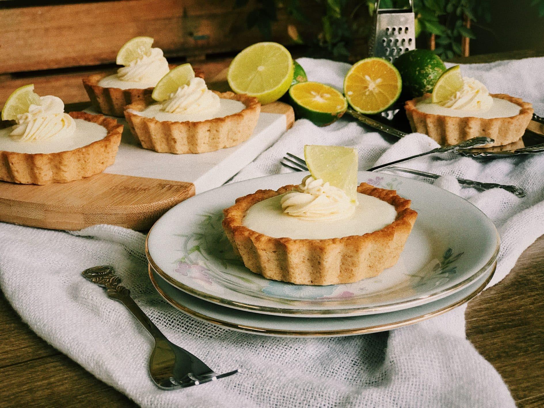 Veja 16 sobremesas de limão deliciosas para refrescar-se no calor. Tem pavês, sorvete, gelado de limão, mousse e muito mais.