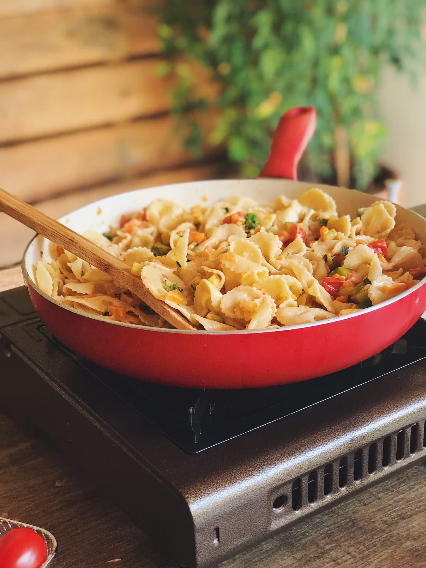 macarrão com legumes pronto para servir