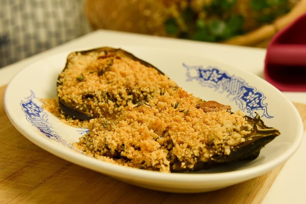 Berinjela recheada com farofa de alho e queijo