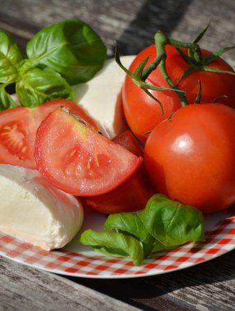 Tomates Caprese Com Manjericão
