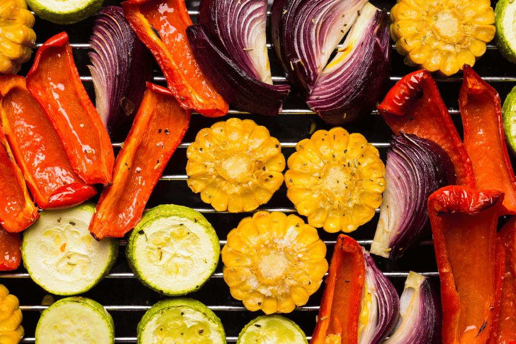 legumes na churrasqueira: pimentão, cebola, milho e abobrinha grelhados