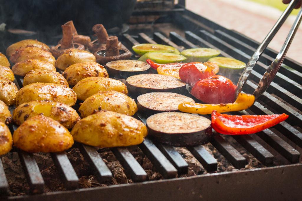 legumes na churrasqueira: cogumelo, batata, berinjela, tomate, abobrinha e pimentão grelhados