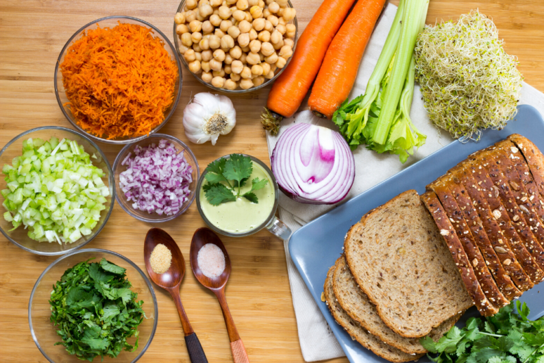 como fazer sanduíche natural vegano, ingredientes e pão na mesa