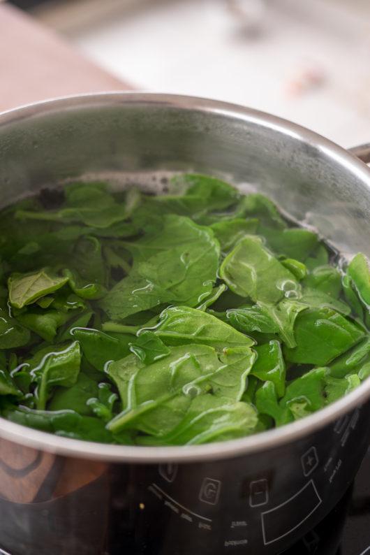 como congelar espinafre - branqueamento das folhas