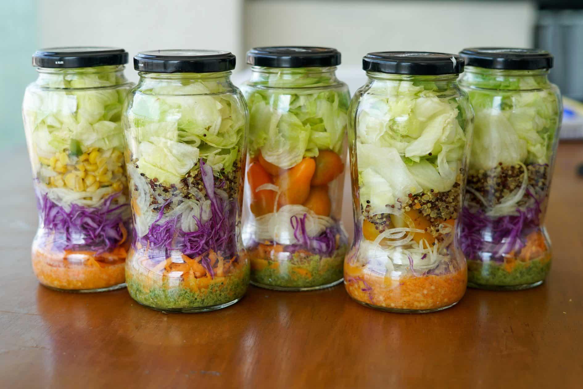 como fazer um jantar fit rápido - salada no pote para a semana com grelhado