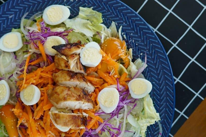 como fazer jantar fit e rápido para a semana toda - salada de pote e proteínas marinadas