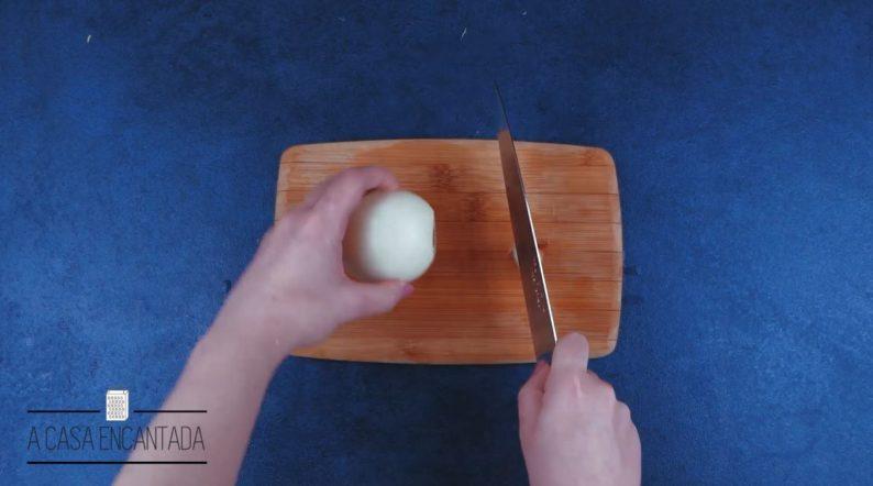 corte-o-topo-da-cebola-e-retire-a-casca-externa