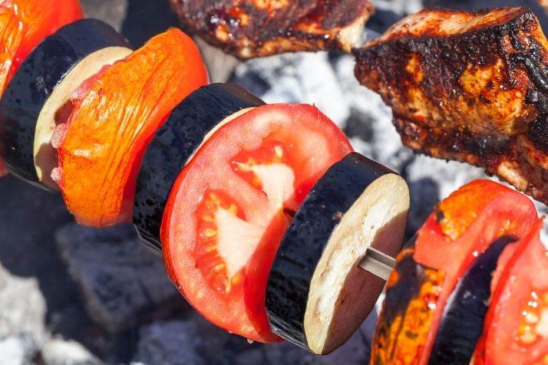espetinho vegano de berinjela e tomate